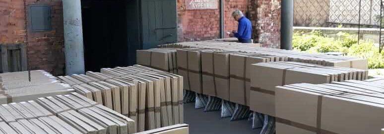 Разгрузка доставленной партии столов в Крым